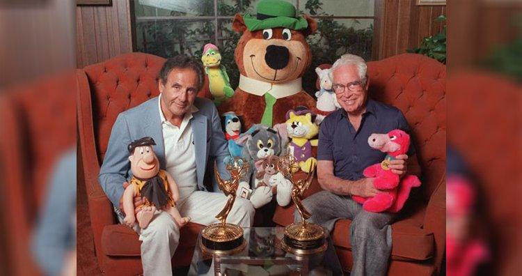 Joseph Barbera e William Hanna posam com alguns dos seus personagens de desenhos animados
