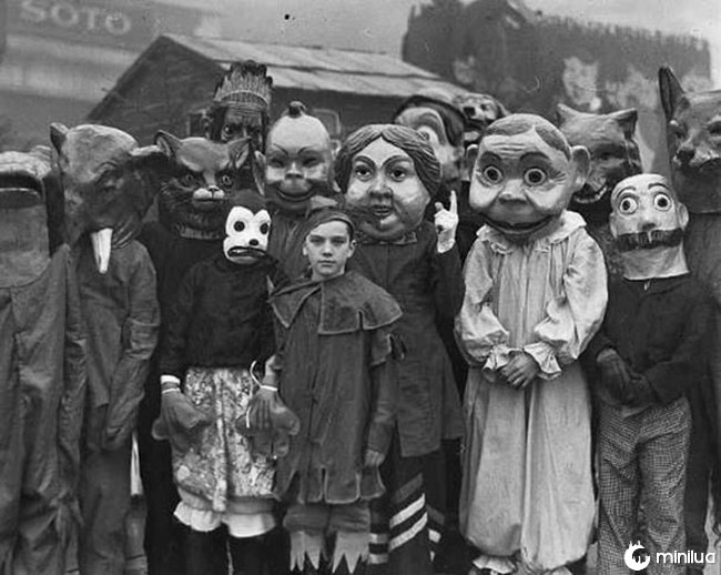 20 Fotos mostrando que as fantasias antigas eram bem mais assustadoras que as de hoje