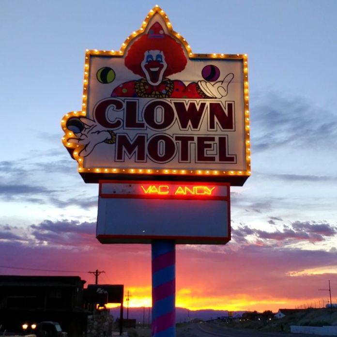 Motel assustador tem mais de 2 mil estátuas de palhaços e fica ao lado de um cemitério