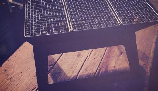 ベランダ用BBQグリル台がもたらす夜のミニマリズム。<br />沼畑直樹