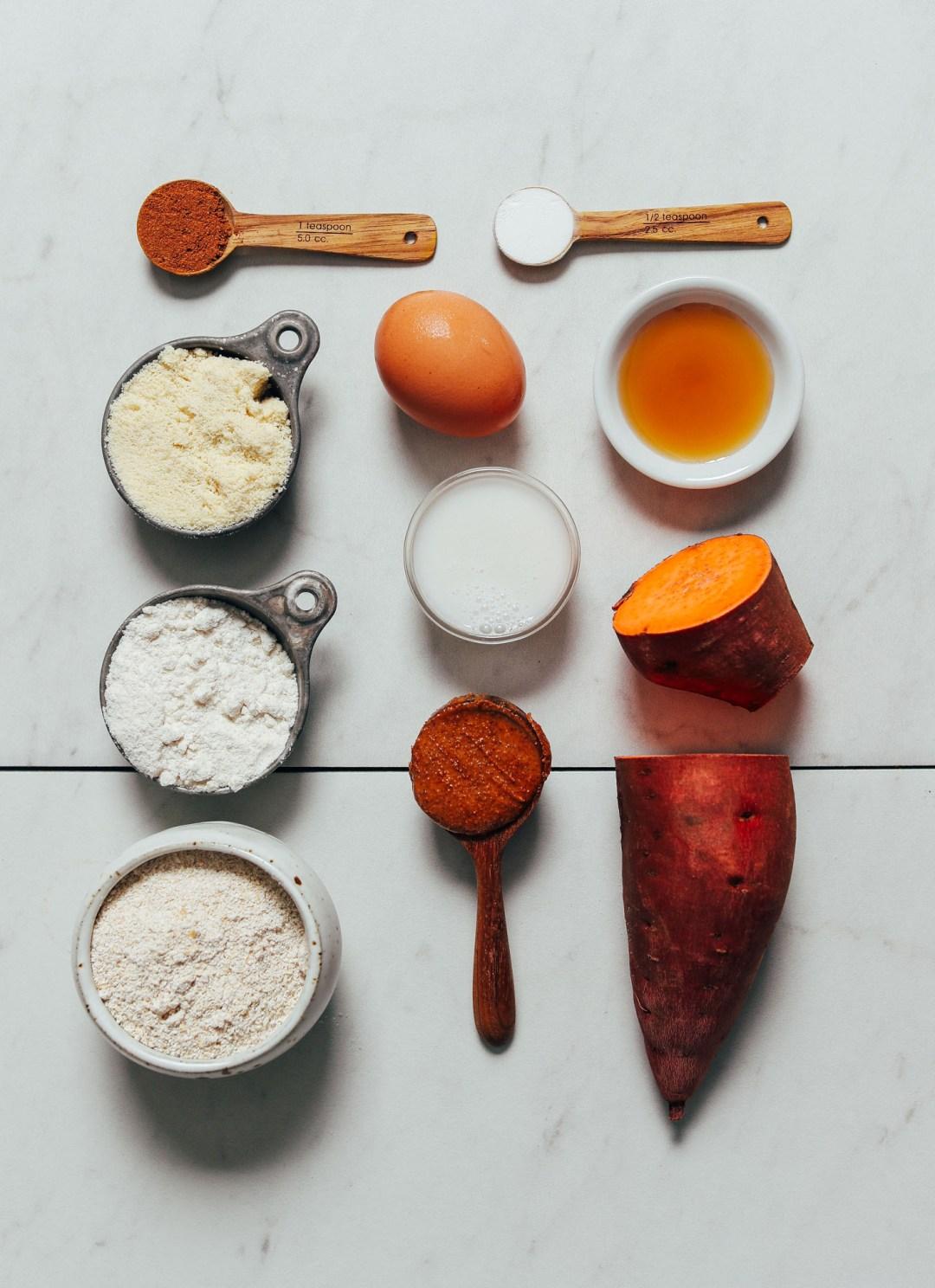 Batata, huevo, leche sin lácteos y otros ingredientes para hacer nuestros muffins de batata y mantequilla de almendras