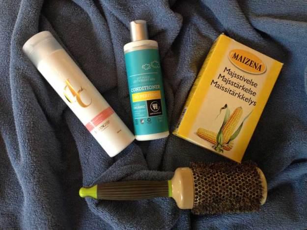 Schampo LCC, balsam Urtekram, torrschampo Maizena och hårborste.