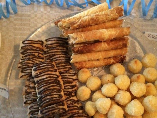 Ett gäng hembakade kakor, glutenfria mandelmassa- och nougatkakor, glutenfria kokostoppar samt rullrån.