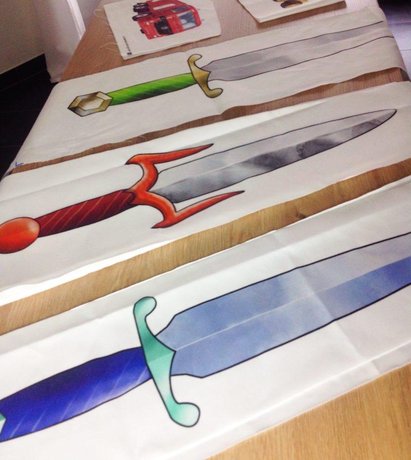 Schwertillustrationen auf Stoff gedruckt by minimalistmuss.com