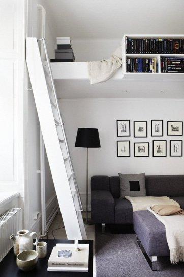 Puedes combinar una zona de estar bajo tipo loft con una cama alta disfrazada por libreros bastante bien.