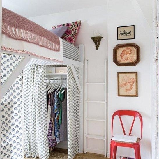 Puedes utilizar cortinas si el espacio en el interior-inferior son cosas que desearías mantenerlas apartadas de la vista. O inclusive para separar ambientes utilizar cortinas es una gran idea.