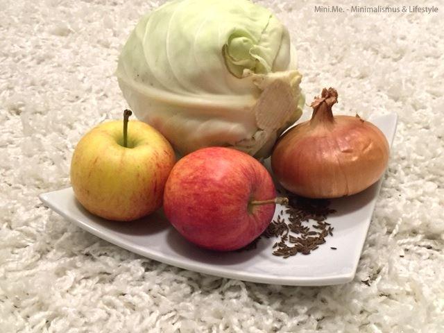 Weißkohl, Äpfel, Zwiebel und Kümmel auf einem Teller