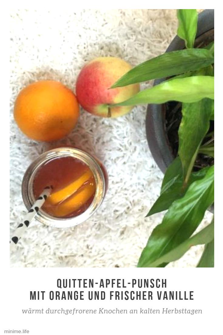 Ein Glas mit Punsch aus Quitten und Äpfeln
