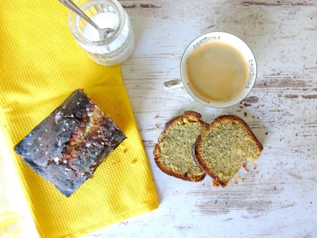 Mohnkuchen mit Marzipan und Zitronenguß