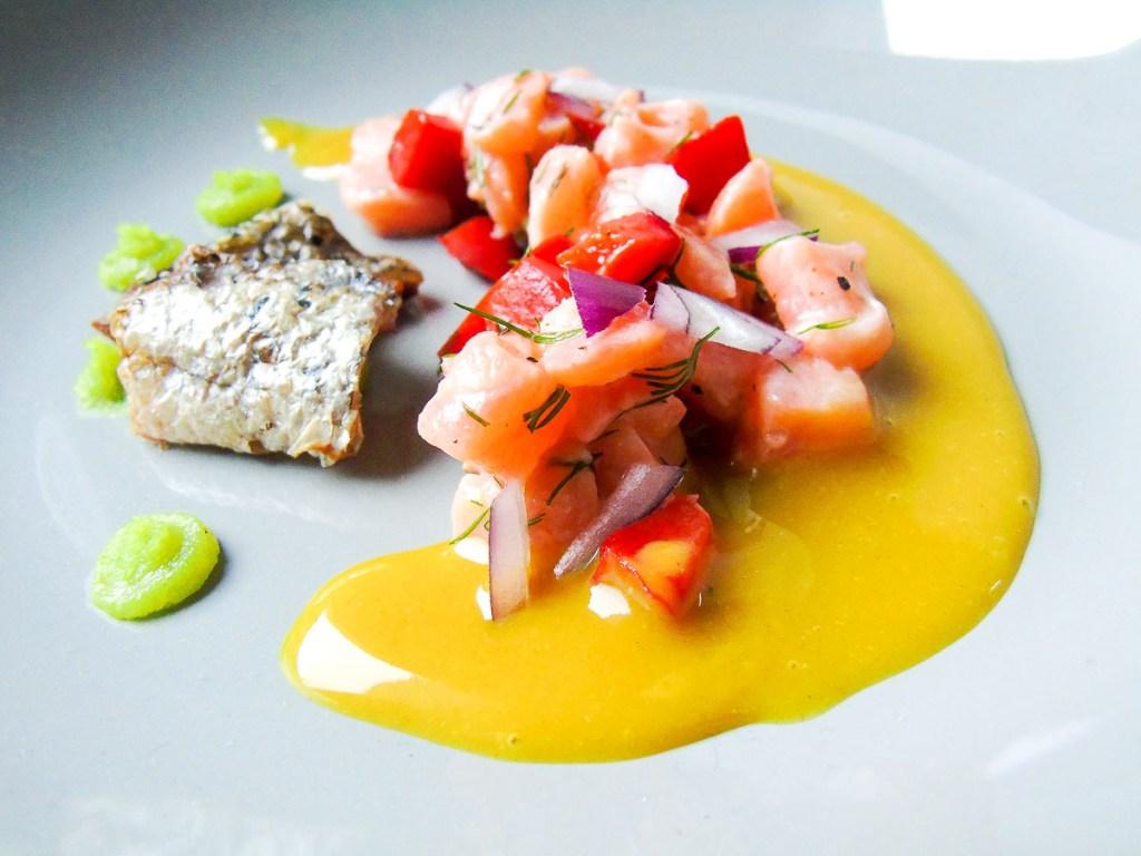 Ceviche vom Lachs mit ofengeröstetem Paprika, Honig-Senf und Wasabi