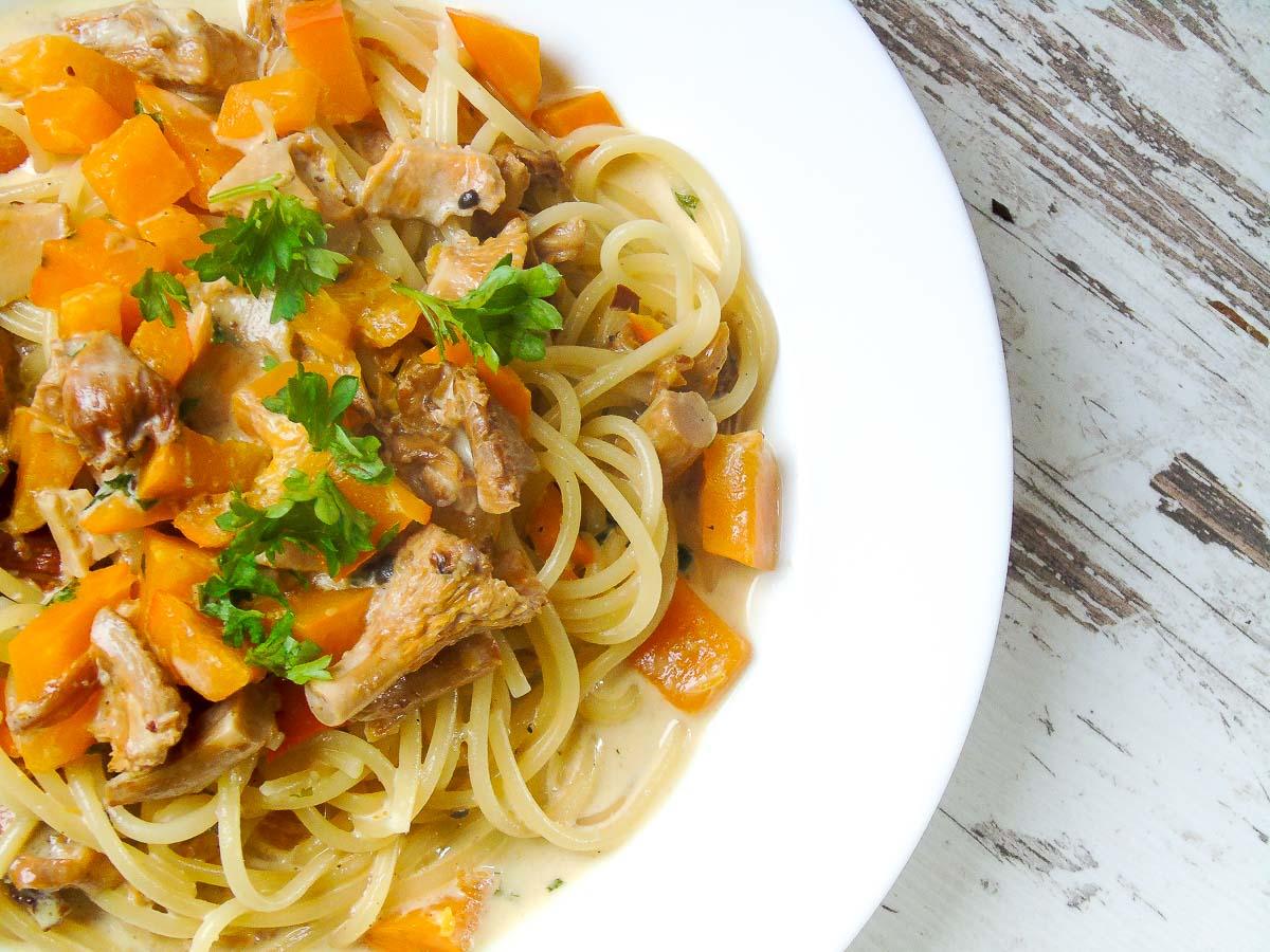 Ein Teller mit Spaghetti, Kürbis und Pfifferlingen