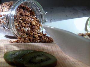 Selbst gemachtes Knuspermüsli mit Kokos im Glas