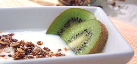 selbstgemachts Knuspermüsli auf Joghurt mit Kiwi