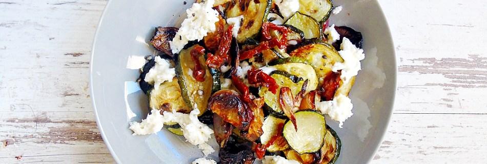 Gebratene Zucchini mit Pfirsichen und Mozzarella