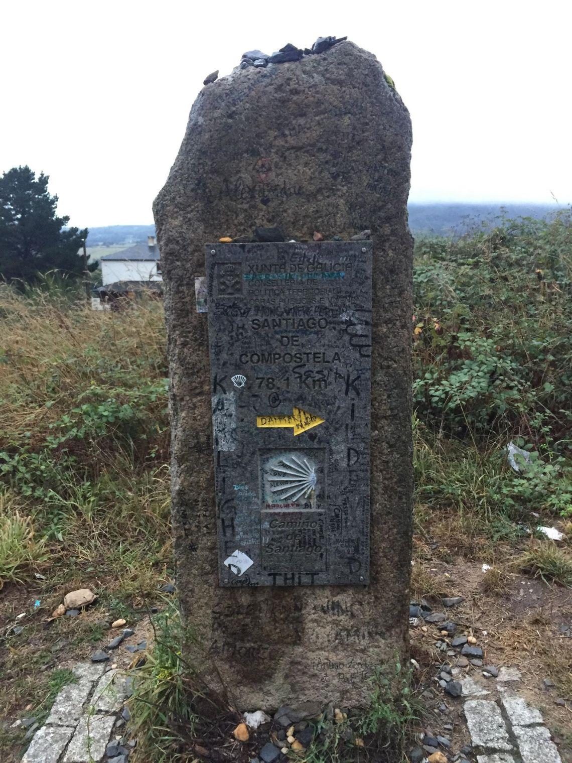 Ein Wegstein auf dem französischen Jakobsweg in Spanien