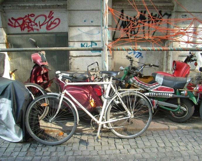 Ein altes Fahrrad auf der Straße
