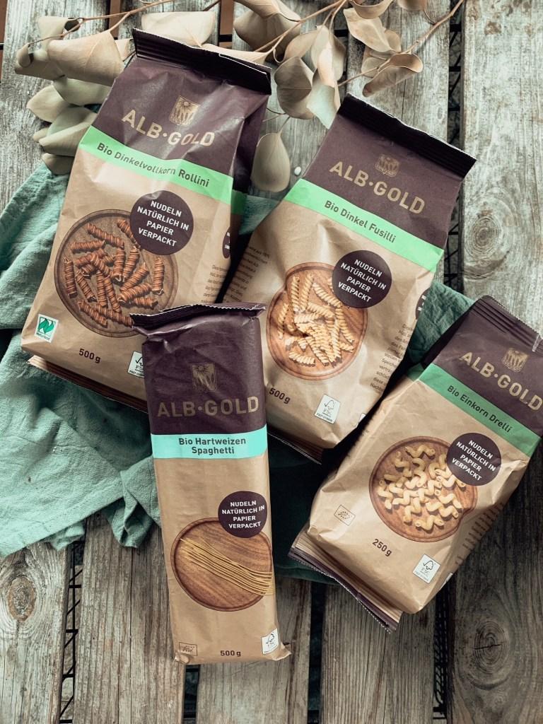 Sortiment ALB-Gold Bio Pasta in Papier verpackt