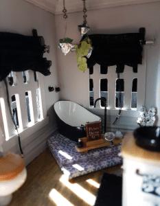 dollhouse bathroom 2