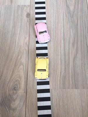 speelgoedauto masking tape weg maken