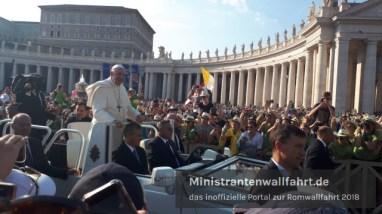 romwallfahrt-2018-papst-franziskus-unter-ministranten