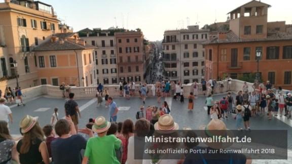 romwallfahrt-2018-spanische-treppe-mit-ministranten