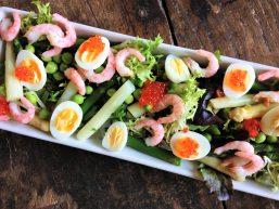 Salat med vagtelæg og skagen rejer