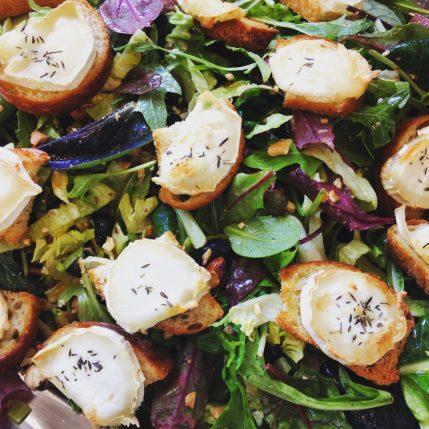 Blandede salater med gedeost