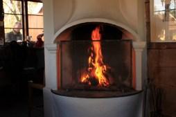 Det hygger og varmer med en god ild i pejsen