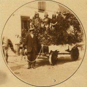 Plaatsjes versierde wagen dorpsfeest 1927 nu bij elkaar