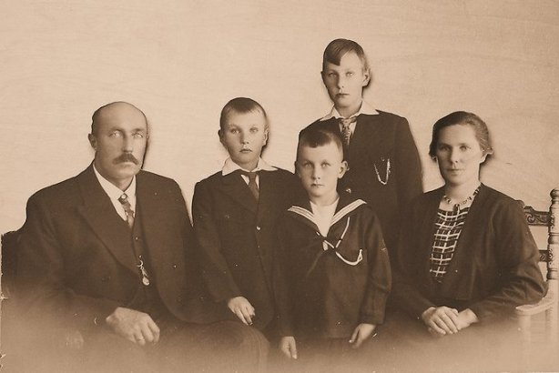 Vlnr: Ale Hijlkema, Walter, Piet, Eibert en Gelske Bies