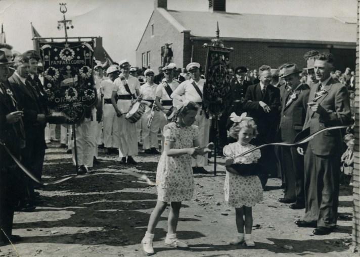 Openingshandeling door Corrie Wassenaar bijgestaan door haar zusje Richtje.