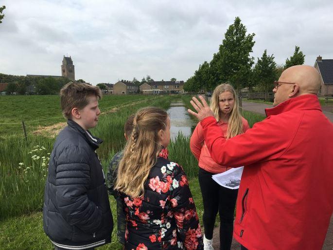Gerrit Bouma geeft uitleg aan de kinderen over de plaats waar vroeger Hermana-state heeft gestaan