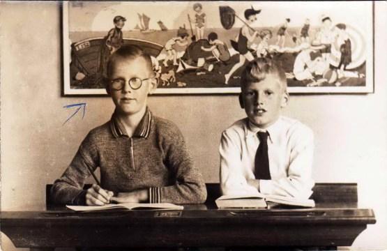 Links Jan (John) Bergsma en rechts Chris Schotanus in de 4e klas van de Christelijke Lagere School.