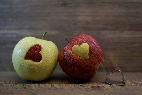ハート型のくりぬきがあるリンゴ二つ