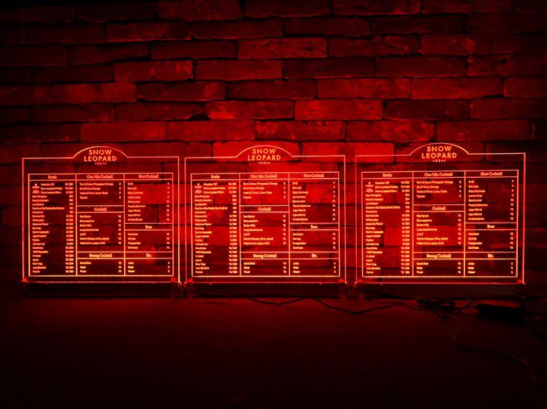 스트레이트 샷이 땡기는 색상의 LED 아크릴 조명 메뉴판