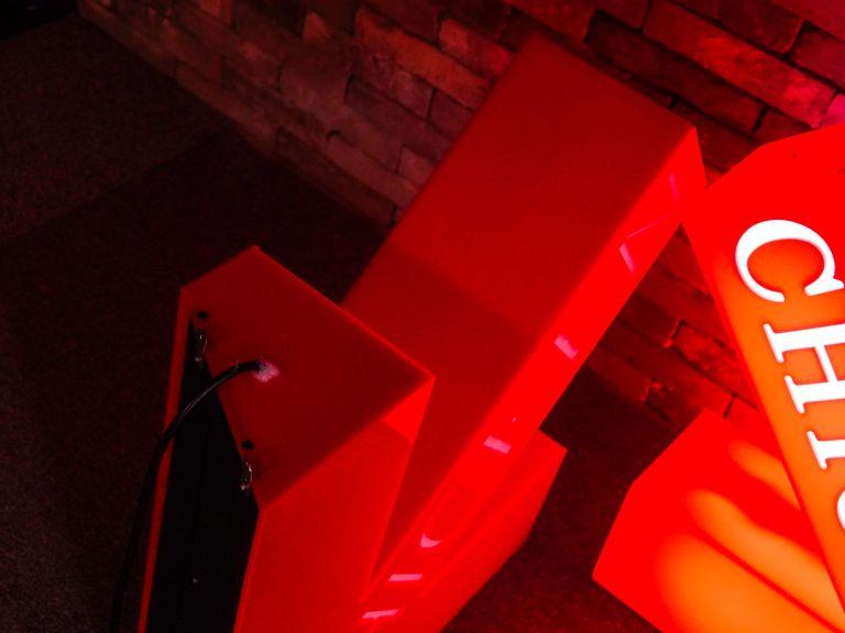 화살표 LED 큐브 간판 제작 사례