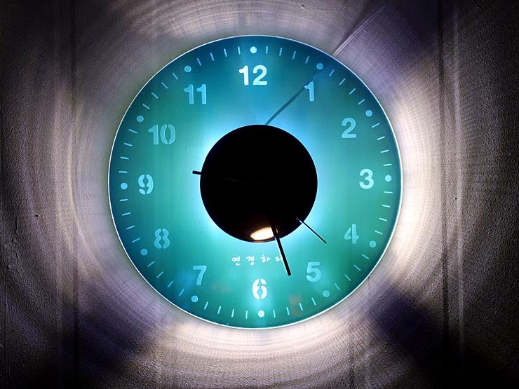 오로라 시계 조명시계 투명시계 002 IMG 6549 다이크로익 벽시계 시계선물 시계조명 주문제작시계