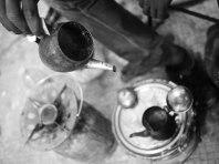 Smakerna blandas ordentligt genom att hälla brygden fram och tillbaka mellan två kannor ett par gånger.