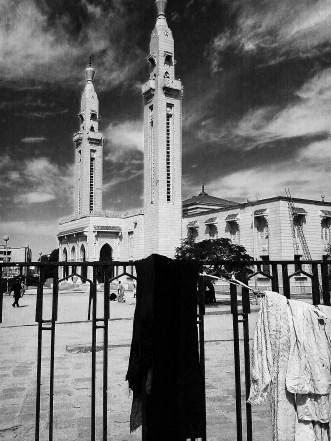 Den största moskén i Nouakchott tronar ståtlig ett stenkast från huvudmarknaden.