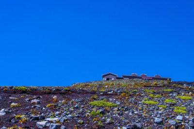 青空と富士山山小屋