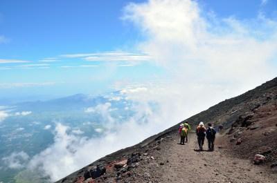 富士登山をする人達