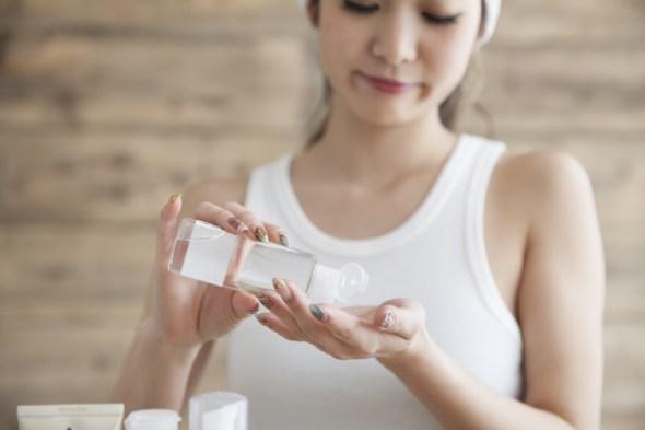 自作化粧水を使う女性