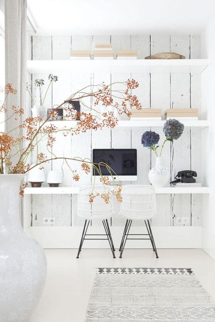 Escritório decorado a branco