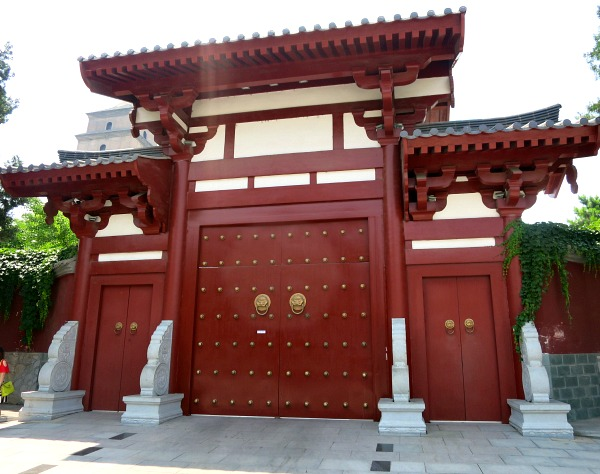 China: What's behind the big red door? #XianScenes
