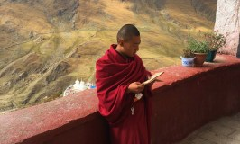 monk-in-the-mountains-tibet