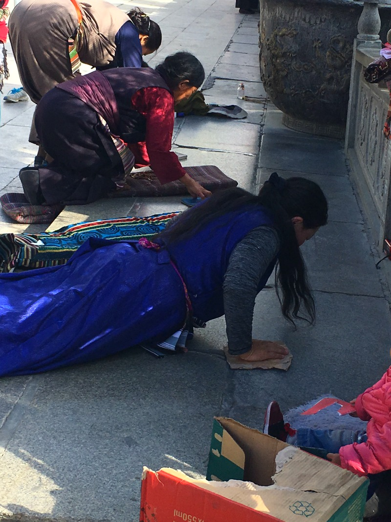 prostrating-in-tibet