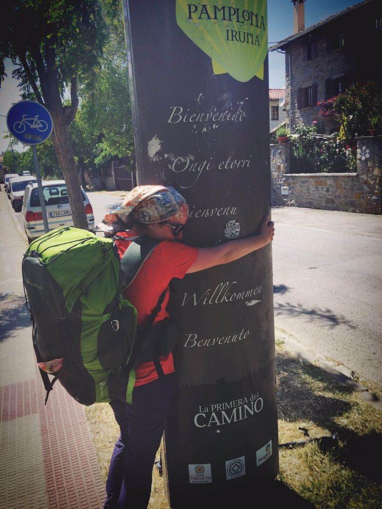 Îmbrățișând intrarea în Pamplona
