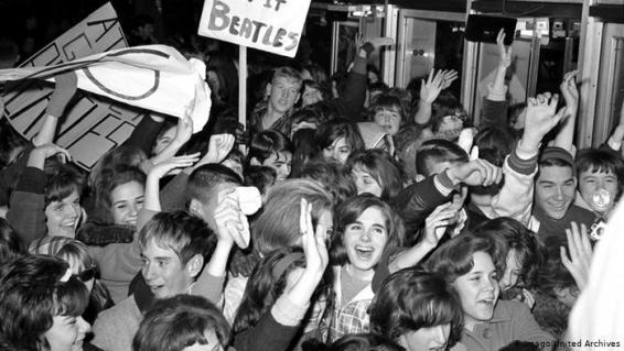 """""""Beatlemania"""": o termo criado para definir a """"febre"""" e fenômeno comportamental que chegou com a ascensão dos Beatles"""