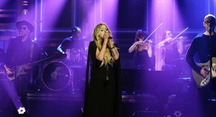 "Avril Lavigne lança ""We Are Warriors"""