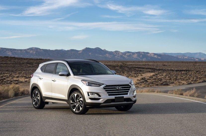 """El Salón de Nueva York es la el patíbulo para muchas novedades de la industria automotriz en la Argentina. Fue Hyundai la que en los últimos días reveló novedades que impactarán en el mercado local. La marca coreana reveló en el motorshow neoyorquino la renovación del SUV compacto Tucson. Este modelo muestra una nueva imagen. La parrilla es ahora de tipo """"cascada"""", que es custodiada por un paragolpes delantero más elevado y un flamante conjunto de luces de led. Por su parte, las llantas presentan un diseño moderno. Además del nuevo diseño, el Tucson incorpora nuevas tecnologías. Desde conectividad Bluetooth o compatibilidad con Apple Car Play y Android Auto, hasta cargador inalámbrico para smartphone, pantalla táctil de 7 pulgadas con toma USB o sistema de sonido premium Krell. Opcionalmente estará disponible un navegador con pantalla de 8 pulgadas, mapas 3D y servicios online. Pero en cuanto a equipamiento, no hay que olvidar que el SUV cuenta con un completo sistema de asistencia a la conducción controlado por el denominado Hyundai SmartSense. Este incluye asistente a la frenada de emergencia, sistema activo de mantenimiento de carril, detector de fatiga o advertencia de límite de velocidad. Ya en opción habrá también cámara periférica, faros bi-LED con luces largas automáticas, sensor de lluvia o control de crucero adaptativo (ACC). El Tucson posee dos motorizaciones nafteras y tres diésel. El motor más potente de la gama, un 2.0 turbodiésel de 186 CV, se combina con tracción total y o bien con una caja de cambios manual de seis velocidades o bien con una automática opcional de ocho relaciones. También se ofrecerá un 1.6 diésel de 115 o 133 CV, ambos con cambio manual y tracción delantera, aunque el más potente puede equipar la tracción total y un cambio 7DCT de doble embrague y siete marchas que promete ser más suave y rebajar el consumo. Por su parte, la oferta de naftera está formada por un 1.6 GDI en dos niveles de potencia: 132 o 177 CV. De serie ambos son t"""